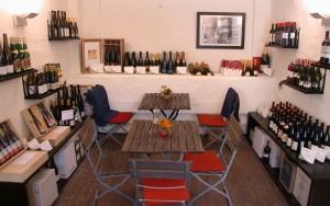 Weinraum mit Tisch und Stühlen bei Feine Kost