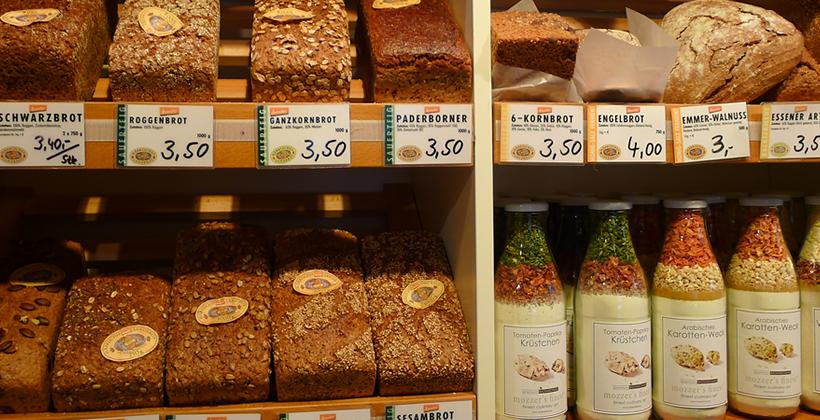 Brot und Müsli in der Ladentheke bei Feine Kost
