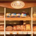 Brotregal mit leckerem Brot von Märkisches Landbrot