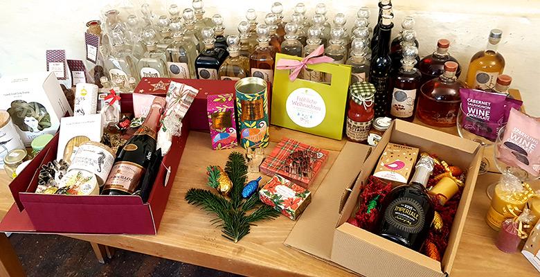 Tisch mit vielen Geschenken