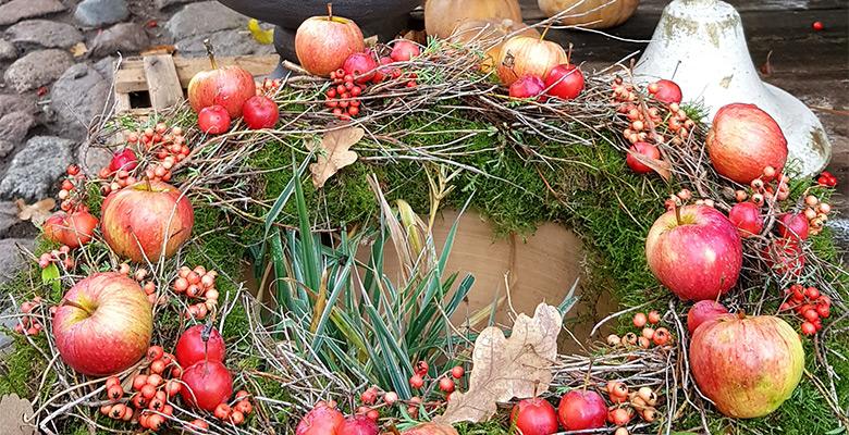 Herbstkranz mit Äpfeln