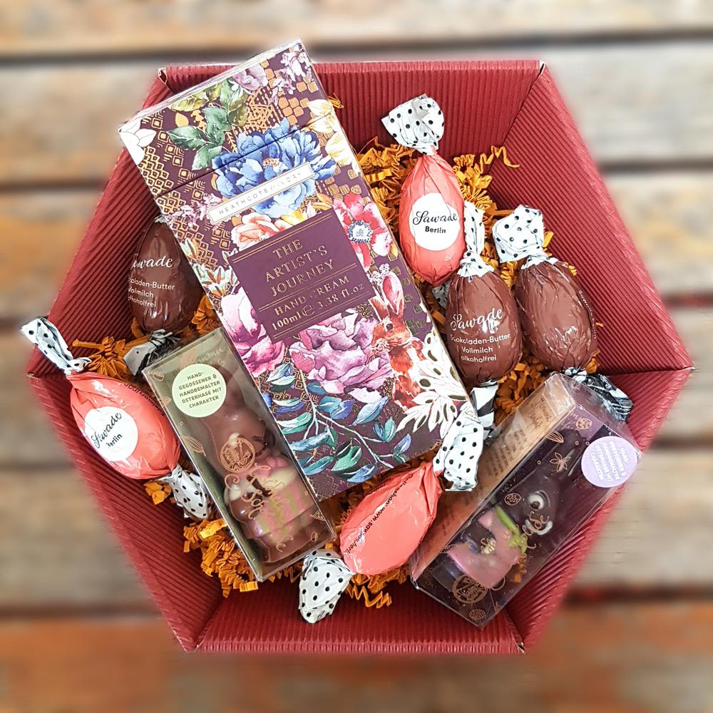 Präsentkorb mit Schokolade und Creme zu Ostern