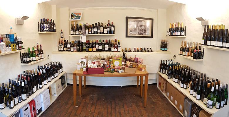 Raum voll mit Wein und Sekt